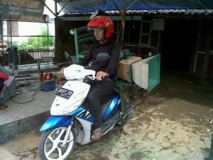 Diambil sendiri mengggunakan motor